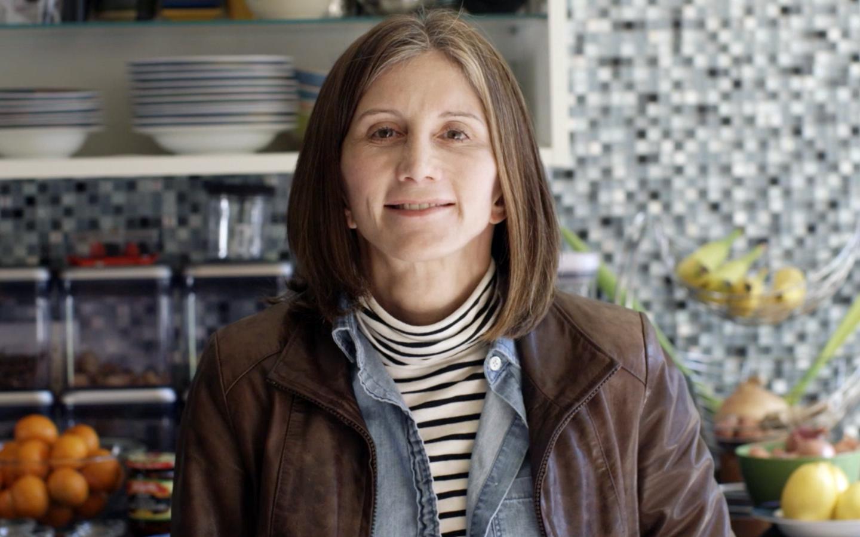 ساندي، متلقية Nucleus، تستعد لالتقاط صورة في مطبخها
