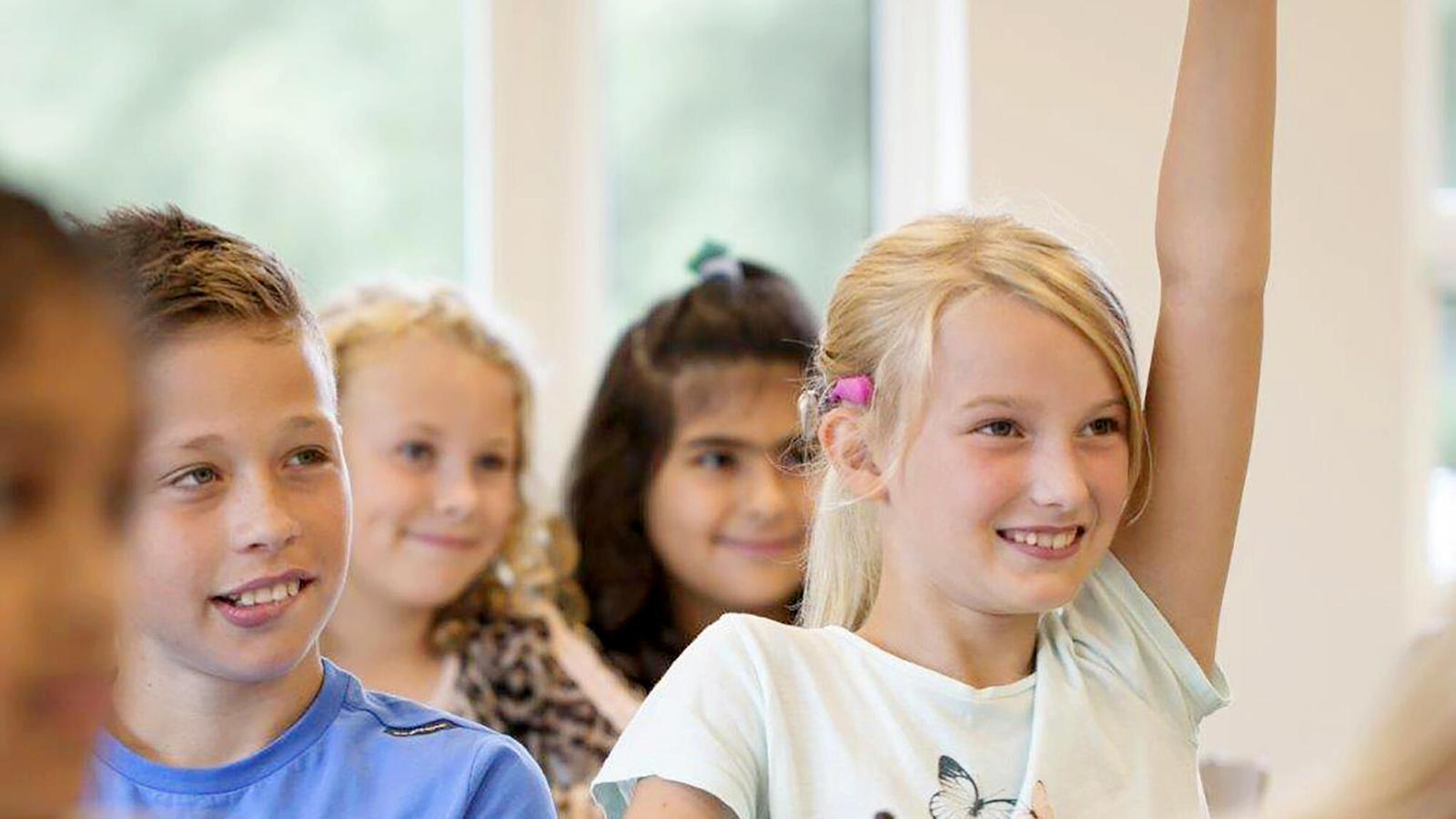 Mädchen mit Baha SoundArc meldet sich im Unterricht
