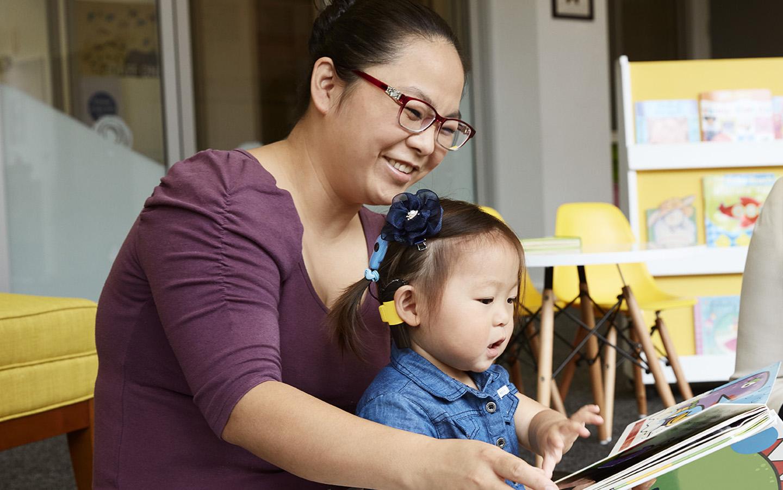 Una donna legge un libro al figlio