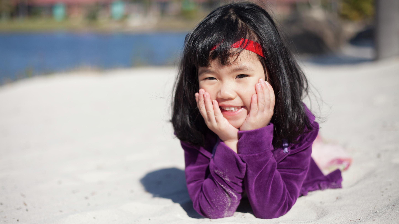 Kind mit Baha SoftBand vergnügt sich am Strand