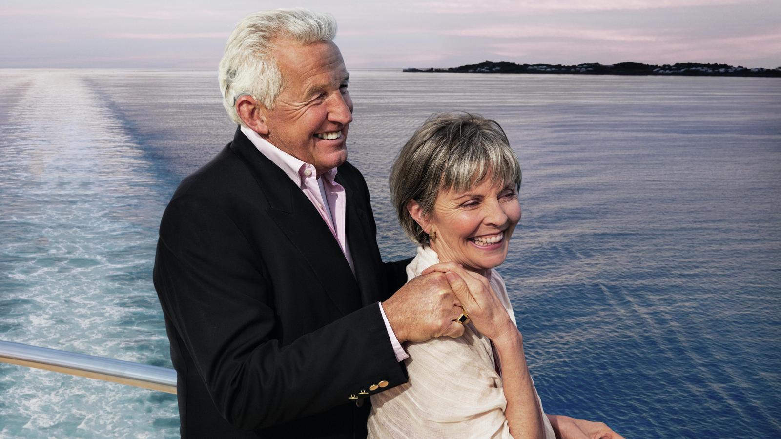 Ein Paar, das seine Kreuzfahrt genießt