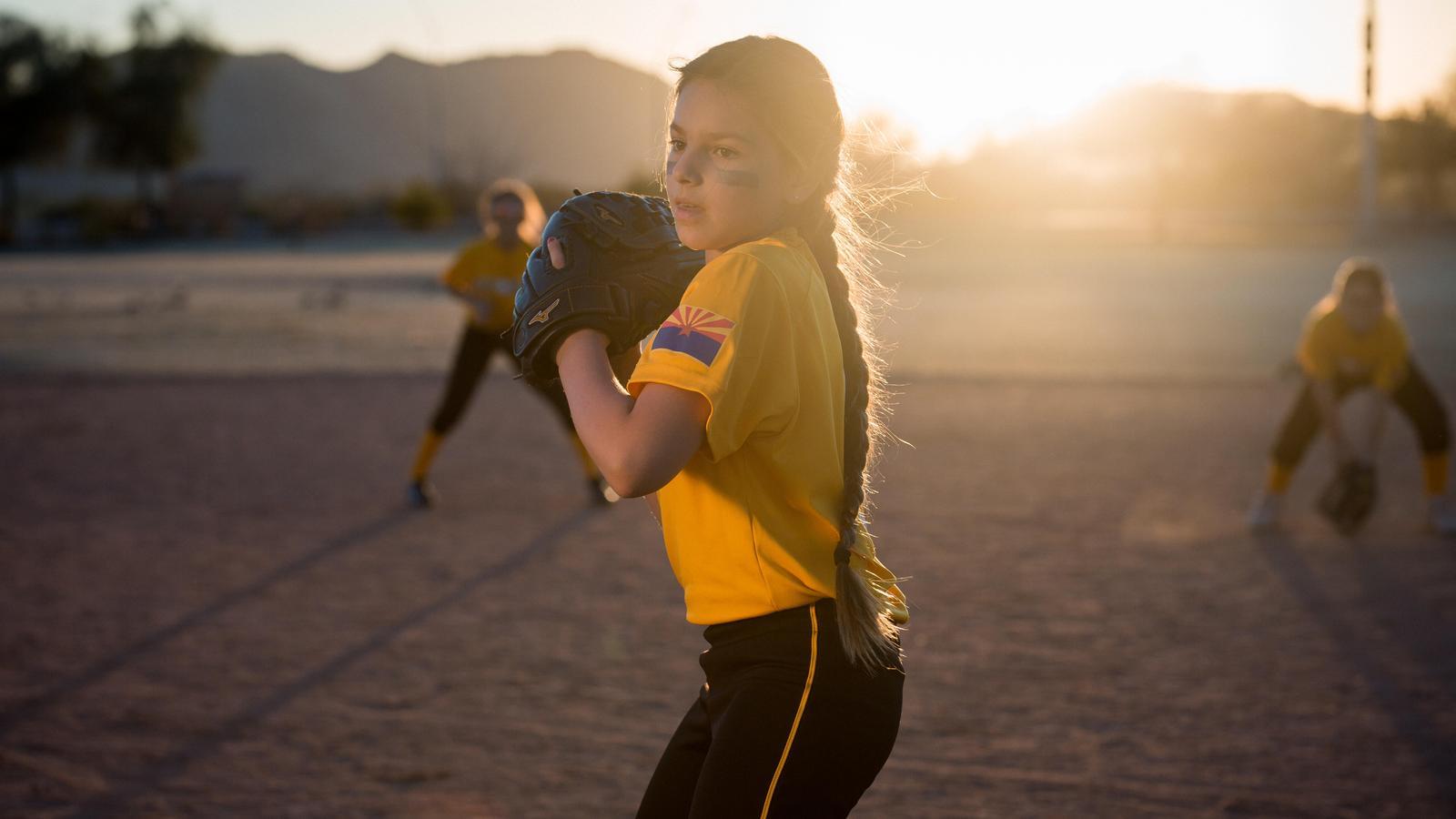 Bella, paciente con un implante coclear, juega al béisbol