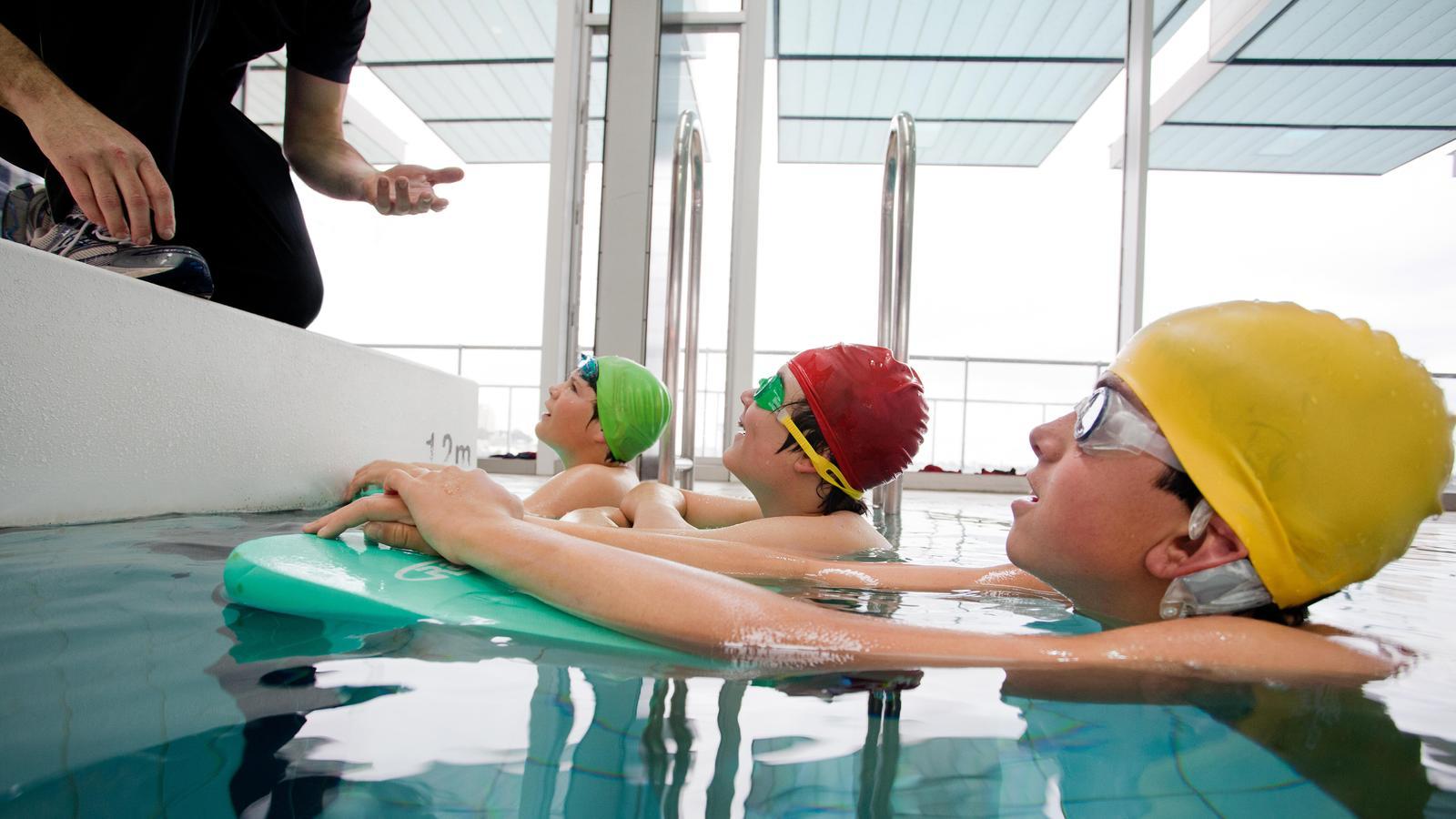Un băiat purtând un dispozitiv rezistent la apă Nucleus participă la o lecție de înot