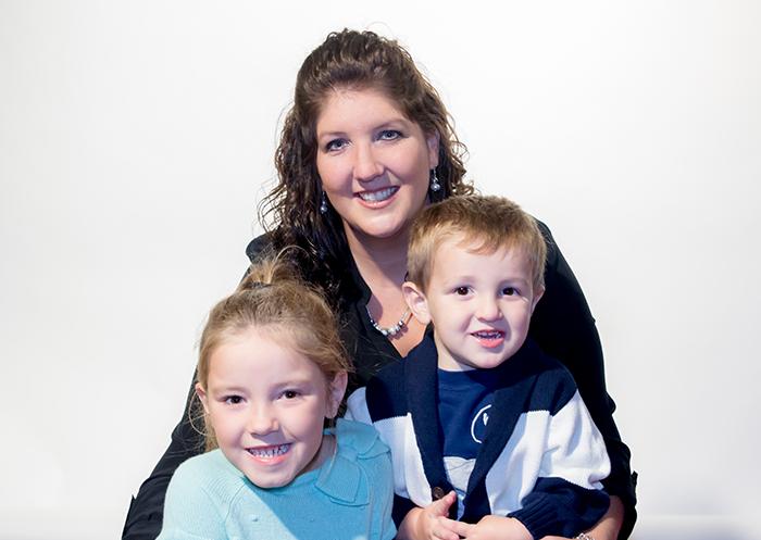 Melissa y su hija Isabella, que usa un implante auditivo