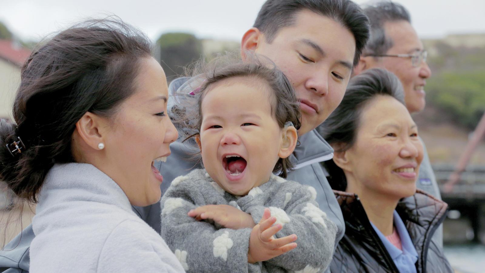 La familia Su se ríe durante una excursión