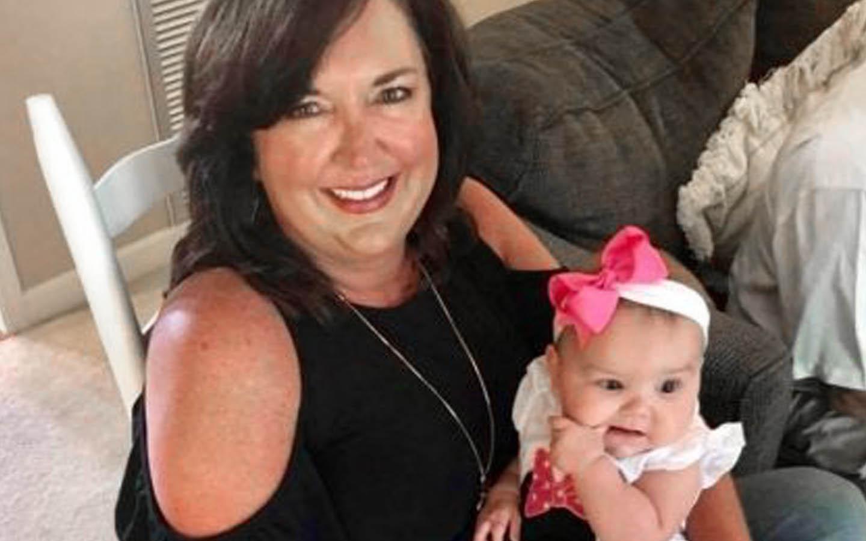 Implantaatgebruiker Angie poseert met een baby voor een foto